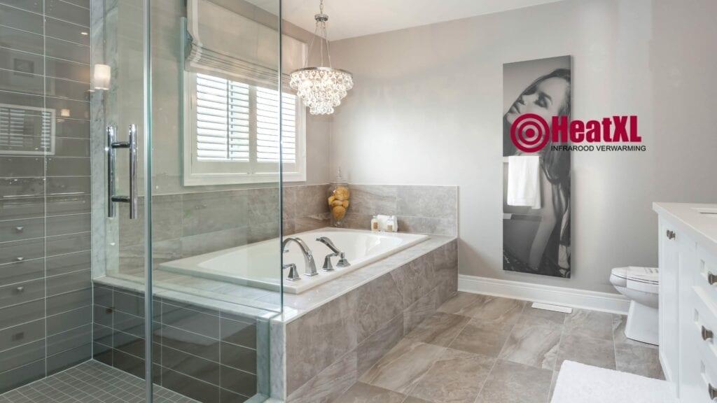 Handdoekdroger infraroodpaneel met foto in badkamer